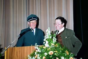 Ehrenvorstand Karl Bezler und Tubist Walter Fischer in den ehemaligen Uniformen