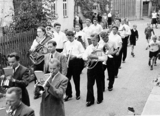 """Umzug in den 50er-Jahren in der Schulstraße vor dem """"Säle"""""""