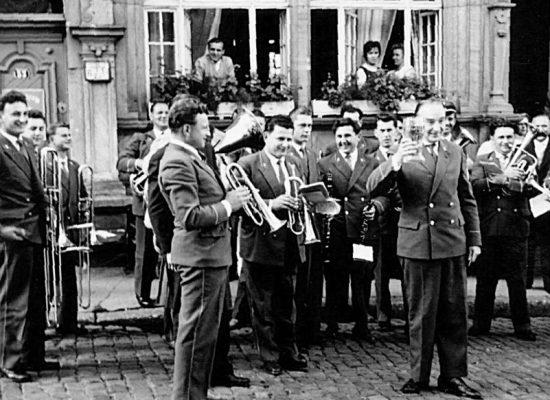 Ständchen Rathaus Weilheim mit Dirigent Rudolf Behrs