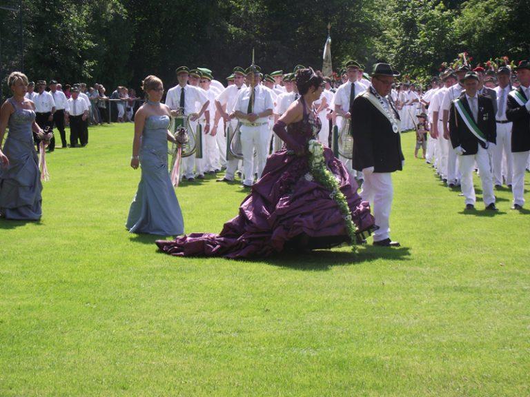 Das Schützenkönigspaar beim Defilée auf dem Festplatz