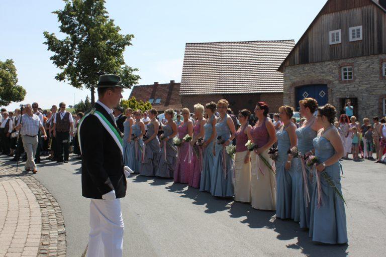 Die Hofdamen vor dem Ehrenmal