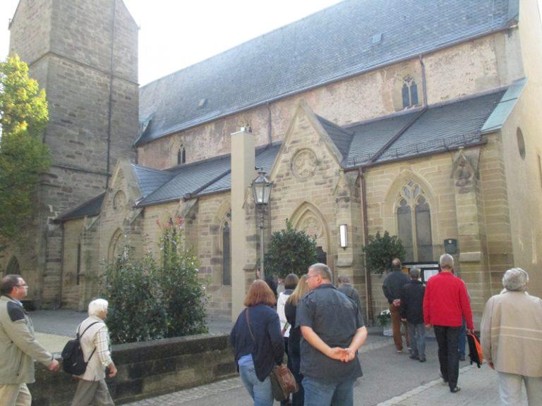 vor der Kirche St. Cyriakus ... ...